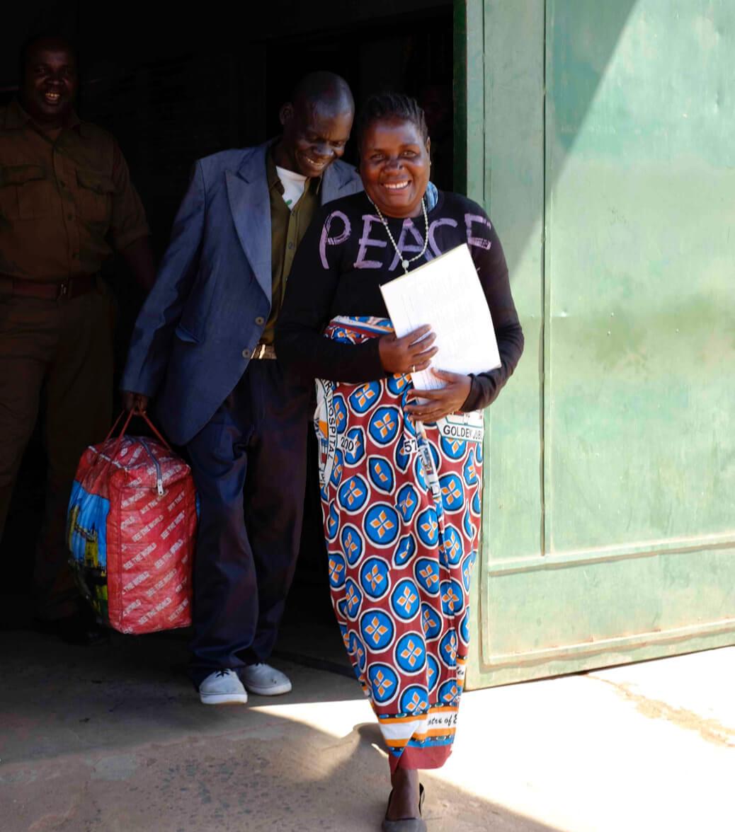 Malita Virali, survivante de la violence conjugale et condamnée à tort pour avoir tué son mari, à sa sortie de la prison de Zomba.